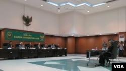 Hakim Agung Ahmad Yamani saat pembacaan putusan pemberhentian dirinya di Mahkamah Agung. (VOA/A. Waluyo)