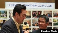 Đoàn trưởng Trương Xuân Mẫn đang trả lời phỏng vấn với Quốc Bảo của đài truyền hình VietToday (ảnh Bùi Văn Phú)