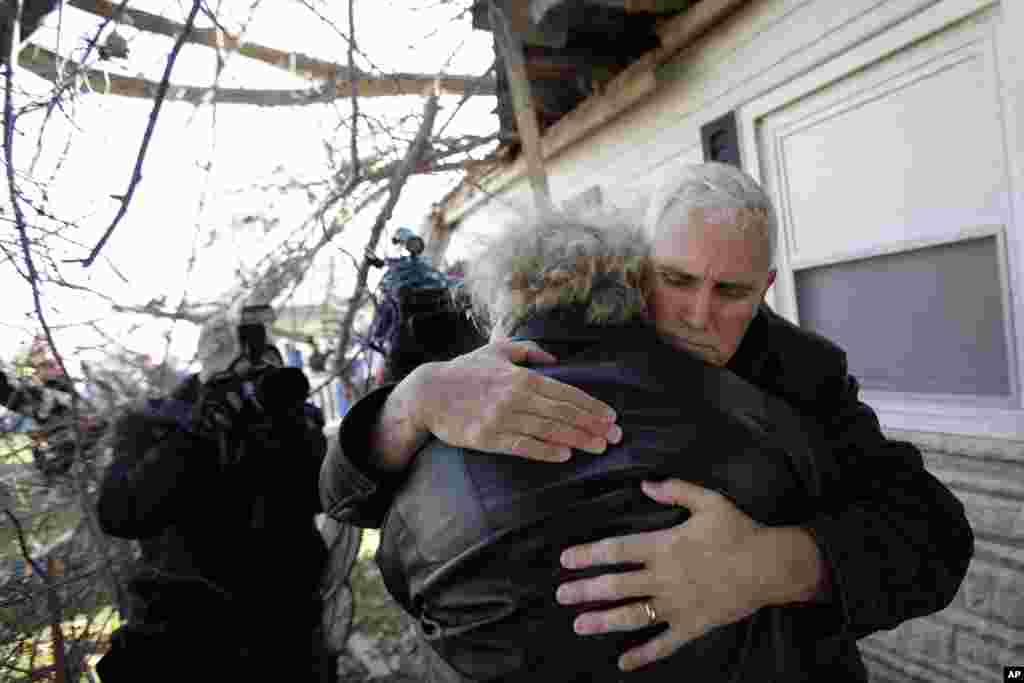 토네이도가 미국 중서부를 강타한 후, 인디애나 주지사가 18일 집을 잃은 코코모 시 주민들을 위로하고 있다.