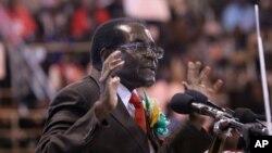 Le président zimbabwéen Robert Mugabe assiste à une rencontre avec les anciens combattants du pays à Harare, 7 avril 2016.