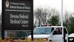 Dua orang pertugas berjaga di luar rumah sakit federal Devens (FMC), Mass.(Foto: dok). Sejumlah pejabat AS mengatakan tersangka pembom Marathon Boston Dzhokhar Tsarnaef telah dipindahkan dari rumah sakit ke penjara federal di Fort Devens (26/4).
