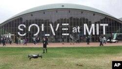 미국 매사추세츠공과대학교 크레지 강당(Kresge Auditorium)앞에서 솔브(Solve) 컨퍼런스가 열리고 있다.