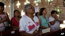 Người ủng hộ Tổng thống Chavez cầu nguyện cho ông tại nhà nguyện của bệnh viện quân đội ở Caracas, ngày 5/3/2013.