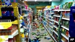 泰國星期一晚上發生6級地震,北部城市清萊的一家超級市場貨架上的物件倒在地上。