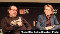 Джулиан Шнабель и Уиллем Дефо на пресс-конференции.