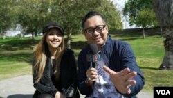 Sarah Azhari (kiri) saat diwawancarai oleh Ian Umar/VOA Indonesia di Los Angeles, California.
