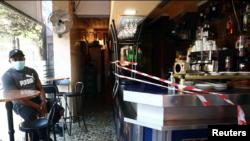 Një bar është qarkuar nga shiritat për të siguruar distancën mes klientëve në Madrid, Spanjë (25 shtator 2020)