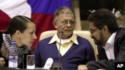 """Iván Márquez, derecha, jefe negociador de las FARC conversa con la guerrillera holandesa Tanja Nijmeijer y con Ricardo Téllez, en La Habana, donde anunció que los rebeldes están dispuestos a seguir negociando """"el tiempo que sea necesario""""."""