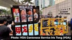 估計超過1千人3月1日早上到西九龍裁判法院大樓外排隊旁聽,聲援因民主派35+初選被控串謀顛覆國家政權罪的47名民主派人士 (攝影:美國之音湯惠芸)