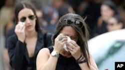 Những người đưa tang khóc khi rời khỏi lễ tang của Anthony Luis Laureano Disla, một trong những nạn nhân vụ thảm sát ở Orlando, Florida, ngày 17 tháng 6 năm 2016.