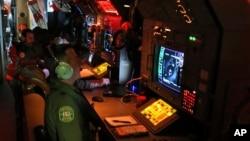 Petugas radar dan sonar di pesawat milik Angkatan Udara Australia AP-3C Orion dalam misi pencarian pesawat Malaysia Airlines MH370 di Samudera India, 22 Maret 2014 (Foto: dok).