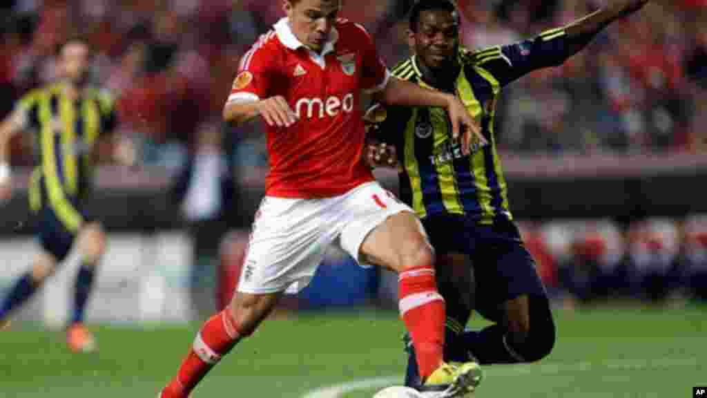 Benfica's Rodrigo Lima, from Brazil, left, fights for the ball with Fenerbahce's Joseph Yobo, from Nigeria, during their Europa League semifinal second leg soccer match Thursday, May 2 2013, in Lisbon.
