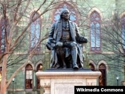펜실베니아 대학교 칼리지 홀 앞에 벤저민 프랭클린 동상이 세워져 있다.