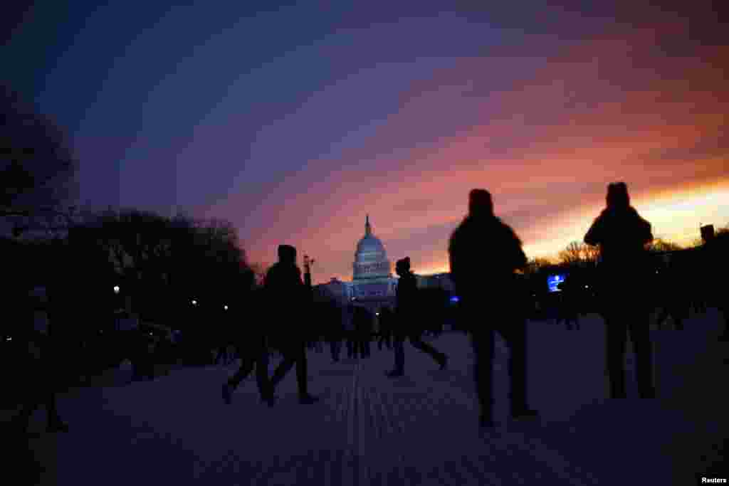 People arrive at the National Mall for the inauguration of U.S. President Barack Obama in Washington January 21, 2013