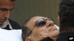 들것에 실려 카이로 법정에 도착한 호스니 무바라크 전 이집트 대통령