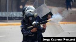 Imagen de archivo de policías antimotines en un enfrentamiento con partidarios del candidato Salvador Nasralla en Tegucigalpa, nov 30, 2017. REUTERS/Jorge Cabrera
