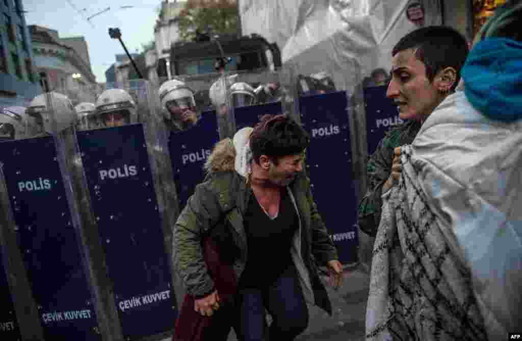 واکنش شرکت کنندگان در تظاهرات حقوق زنان پس از استفاده پلیس ترکیه از گاز اشکآور در میدان تقسیم در استانبول