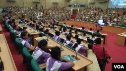 Lebih dari 500 siswi dari 4 sekolah mengambil bagian dalam kampanye Kesadaran Keamanan Siber di Dhaka, 19 April 2017 (foto: S. Islam/VOA)