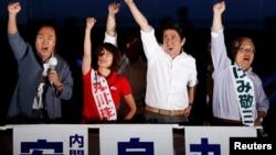 安倍晉三(右二)出席拉票活動