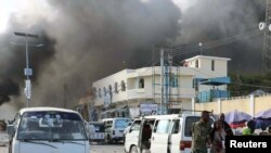 Fuerzas de seguridad somalíes buscan cuerpos entre los escombros dejados por la explosión de un camión bomba el sábado en el centro de Mogadiscio, capital de Somalia.