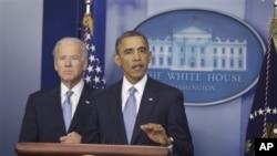ປະທານາທິບໍດີ Barack Obama ແລະ ຮອງປະທານາທິບໍດີ Joe Biden (ຊ້າຍມື) ກ່າວກ່ຽວກັບ ເຫວຫງົບປະມານ