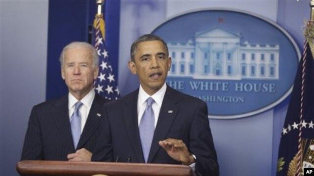 Presiden Amerika Barack Obama dan Wakil President  Joe Biden (kiri), memberi keterangan kepada pers seusai kesepakatan penyelesaian jurang fiskal (1/1).