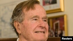 Ex presidente George H. W. Bush está internado en un hospital de Houston.