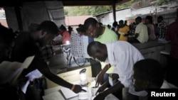 Petugas TPS merevisi kertas suara dalam penghitungan hasil pemilu di Port-au-Prince, Haiti (9/8).