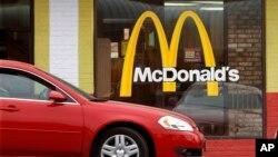 Sebuah mobil bergerak mendekati sebuah jendela kendara lewat McDonald's di Springfield, Illinois, AS.