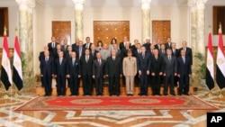 Esta foto oficial difundida en El Cairo muestra en el centro al presidente Adly Mansour junto a los ministros del nuevo gabinete.
