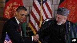 '전략적 동반자관계' 협정 서명전에 공식 성명을 발표하고 악수를 나누는 바락 오바마(좌) 미 대통령과 하미드 카르자이 아프간 대통령(자료사진)