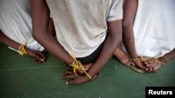 Những hải tặc Somalia bị tàu hải quân và cảnh sát biển Ấn Độ bắt giữ, ngày 10 tháng 2, 2011.
