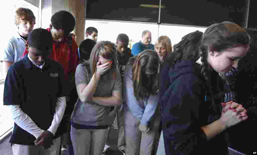 Ủng hộ viên của ông Rick Santorum cầu nguyện trước khi bắt đầu một cuộc mít-tinh tại Dayton Christian School ở Miamisburg, Ohio, ngày 5 tháng 3, 2012. (Reuters)