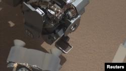 Curiosity muestra una cucharada llena de arena y el polvo levantado por el primer uso del sofisticado rover.