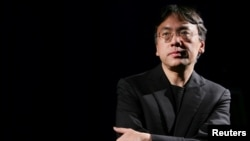 Nhà văn Kazuo Ishiguro trong một cuộc phỏng vấn ở New York (ảnh tư liệu, 4/2005)