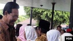 Sultan Hamengkubowono X menerima jabat tangan dari para anggota masyarakat yang menghadiri acara Syawalan di Kraton Yogyakarta, Senin (5/9).