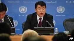 Wakil Duta Besar Korea Utara untuk PBB Kim In Ryong berbicara saat jumpa pers, Senin, April 17, 2017, di kantor pusat PBB, New York. (AP Photo / Bebeto Matthews)