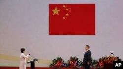 林郑月娥在习近平监誓下2017年7月1日宣誓就职香港特首(美联社)