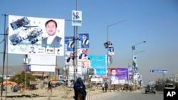 ہفتے کو ہونے والے انتخابات سے قبل کابل کی ایک شاہراہ پر امیدواروں کے پوسٹر اور بینر آوایزاں ہیں۔ (فائل فوٹو)