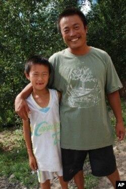 受綠化網絡聘用為護林員的蒙古族村民阿坦拉根(右)與他的兒子
