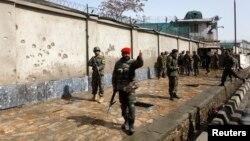 Tentara Nasional Afghanistan terus mengamati lokasi yang terkena serangan bunuh diri di Kabul (9/3). Sedikitnya sembilan orang tewas di gerbang kanotr kementerian pertahanan Afghanistan saat Menhan AS berkunjung ke negara itu.