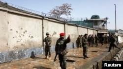 2013年3月9日阿富汗士兵在首都喀布尔发生爆炸攻击的现场进行搜索