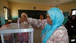 一名摩洛哥妇女在投票