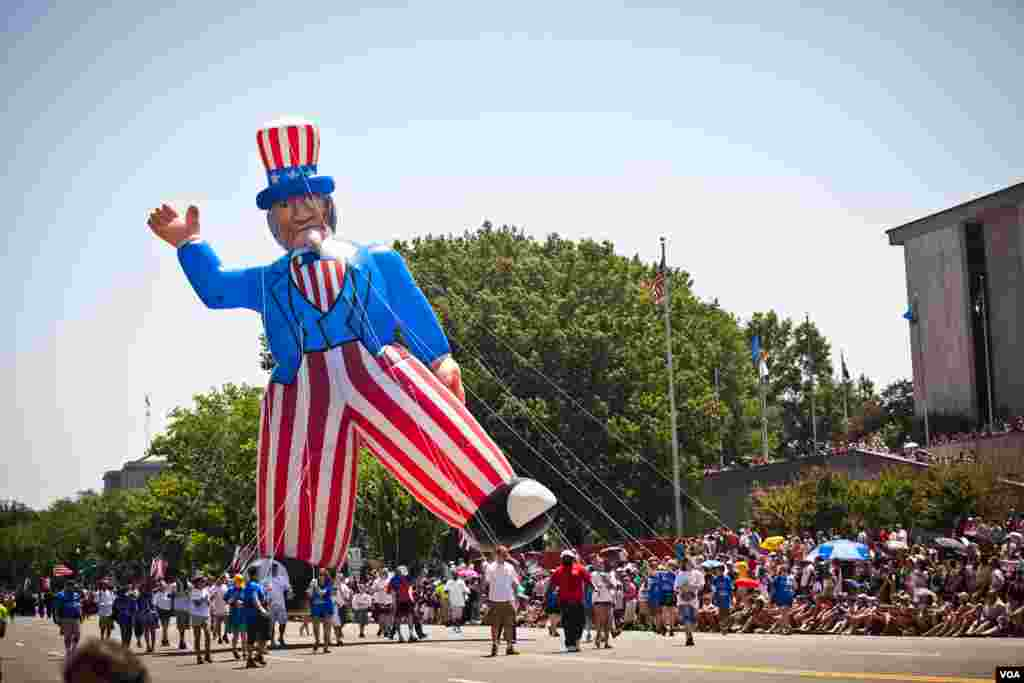 A giant inflatable Uncle Sam parades through downtown Washington, D.C. during the annual Independence Day parade, July 4, 2012. (Alison Klein/VOA)