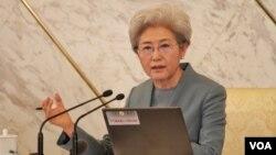 中國人大發言人傅瑩回答記者問,談2016年中國軍費和南海島礁擴建爭議。(美國之音金子瑩拍攝)