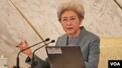 중국의 전국인민대표대회 푸잉 대변인이 3일 베이징 인민대회당에서 기자회견을 하고 있다.