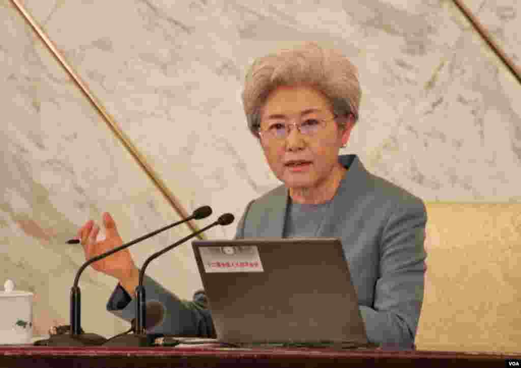 人大发言人傅莹回答记者问,谈2016年中国军费和南海岛礁扩建争议。(美国之音金子莹拍摄)