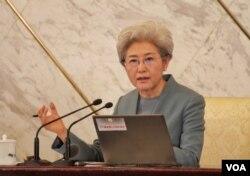 人大发言人傅莹回答记者问,谈2016年中国军费和南海岛礁扩建争议。(2016年3月3日,美国之音金子莹拍摄)