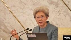 中国人大发言人傅莹回答记者问,谈2016年中国军费和南海岛礁扩建争议。(美国之音金子莹拍摄)