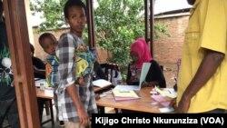 Enrôlement à Nyakabiga, Bujumbura, au Burundi, le 8 fevrier 2018. (VOA/Christophe Nkurunziza)
